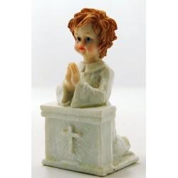 ملاك أبيض يصلي مع صليب